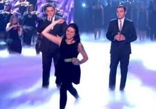 Una mujer le tira huevos a Simon Cowell durante la final de Britain's Got Talent