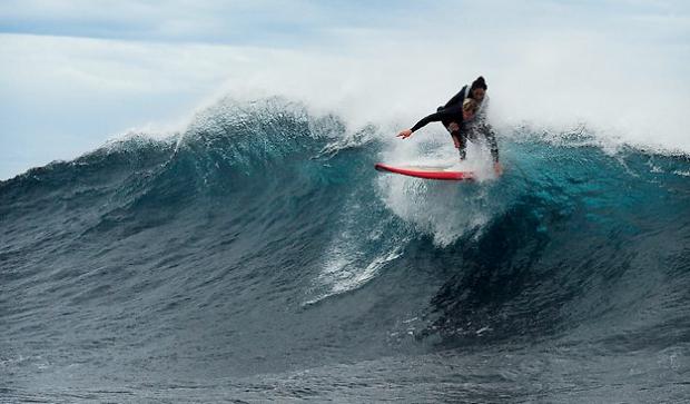 Pascale Honore, la mujer parapléjica que consiguió surfear gracias a la ayuda de un amigo