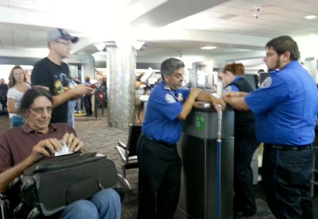 Detienen a Chewbacca en un aeropuerto por llevar una espada láser