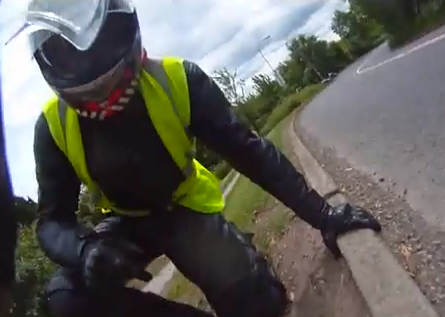 Un árbol le cae encima cuando iba en moto por una carretera de Reino Unido
