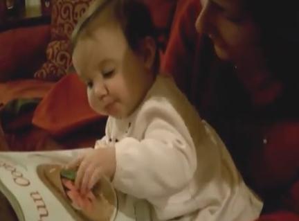 Un bebé intenta comerse la comida de una revista