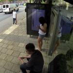 Photoshopeando a personas en tiempo real mientras esperan en una parada de autobús
