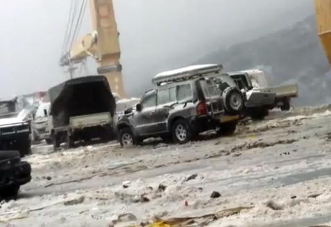 52 vehículos usados comprados en Japón con destino a Rusia caen al mar desde la cubierta de un barco