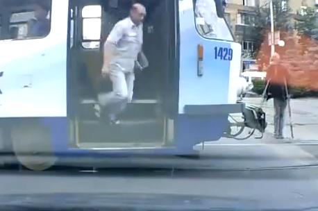 Aunque lleves muletas, no vaciles al conductor del tranvía