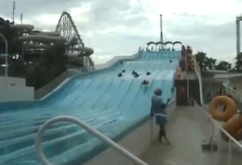 Esto es lo que pasa cuando pillas demasiada velocidad en un tobogán acuático