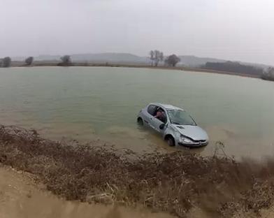 Derrapa al lado del lago y acaba en el agua