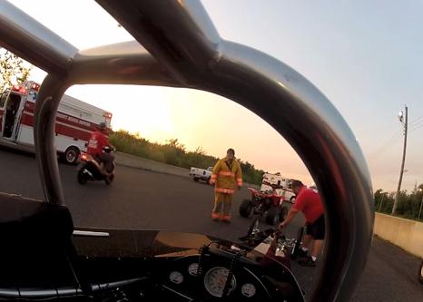 La joven piloto Amy Taub hace un giro de 360° a 225 km/h en su Dragster