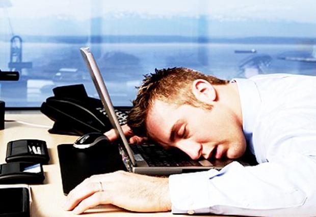Un empleado de un banco se duerme sobre el teclado y transfiere 222 millones de euros por error