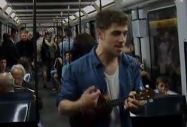 Un joven canta su currículum con su ukelele en el metro de Barcelona y acaba contratado por Florentino Fernández