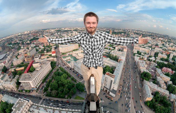 Escalada urbana en la Plaza Roja de Moscú