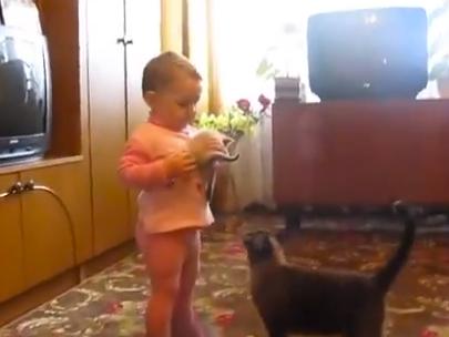 La gatita quiere que la niña le devuelva a su pequeñín