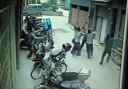 Seis hombres salvan a una niña de dos años de caer al suelo desde un quinto piso