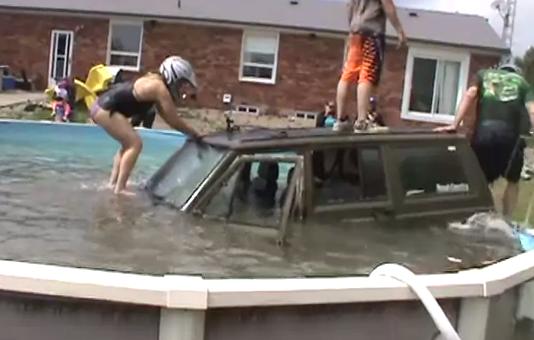 Cómo meter un Jeep dentro de una piscina