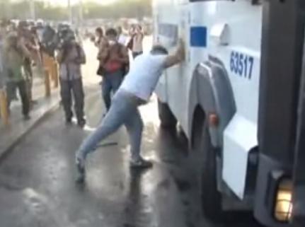 La policía turca noquea a un manifestante con un chorro a presión