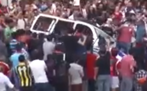 Manifestantes destrozan un coche de policía en Estambul