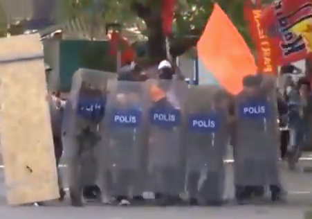 Manifestantes turcos se enfrentan a los antidisturbios y se apoderan de sus escudos