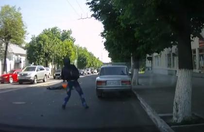 Un motorista atropella a un policía