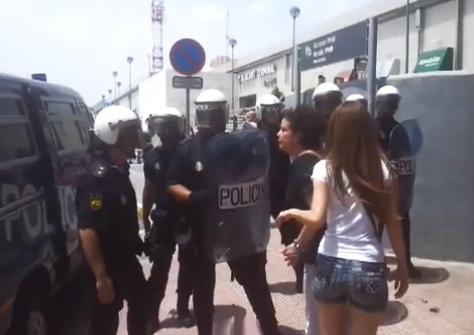 Una mujer echa la bronca a los policías en Alicante