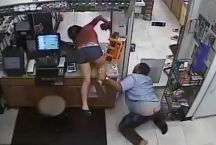 Mujer entra en la oficina de una gasolinera a robar el dinero de la caja registradora