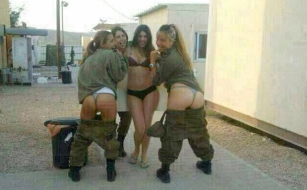 Mujeres soldado israelíes se fotografían semidesnudas y publican la foto en Facebook