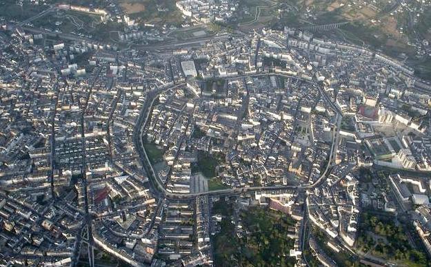 Un piloto de un vuelo Madrid-A Coruña se desvía para enseñar a los viajeros la muralla de Lugo
