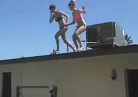 Una chica se rompe los pies al lanzarse desde el tejado a la piscina y su madre sube el vídeo a YouTube pidiendo ayuda económica para su recuperación