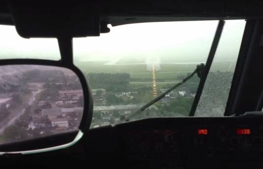 La pista de aterrizaje desaparece por completo por la lluvia y el piloto se ve obligado a dar la vuelta