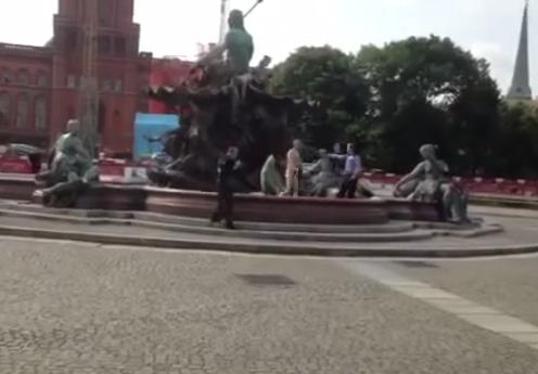 Un policía dispara a un hombre desnudo y armado delante del Ayuntamiento de Berlín