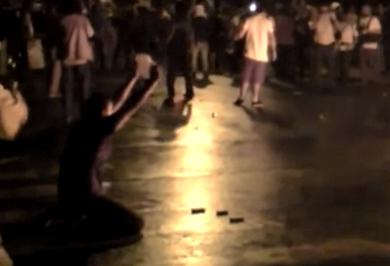 Momento épico en las protestas de Río de Janeiro: un policía lanza su arma al fuego y se une a los manifestantes