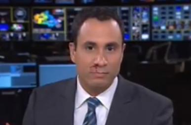 Un presentador de informativos empieza a sangrar por la nariz en directo