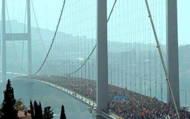 El Puente del Bósforo lleno de gente acudiendo a manifestarse