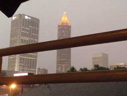 Impresionante como un rayo impacta contra un edificio en Atlanta