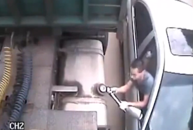 Cazados robando la gasolina del depósito de un camión