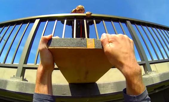 Salto base colgado de las manos