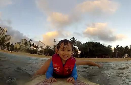 Su primera ola: Un padre inicia a su hijo en el surf