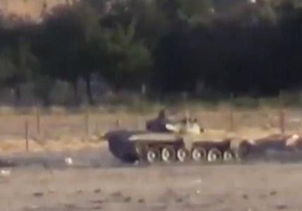 Un tanque es impactado por un misil ATGM
