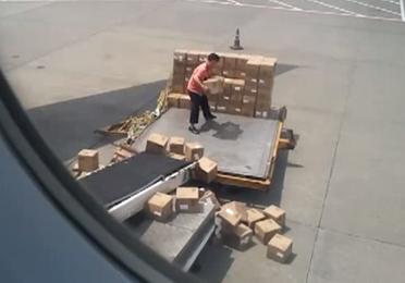 Trabajador del aeropuerto de Guangzhou haciendo su trabajo con muy pocas ganas