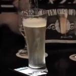 Vaso offline: Ingeniosa estrategia para que las personas dejen el móvil cuando están en el bar