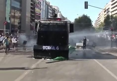 Manifestante turco atropellado por un vehículo blindado de la policía