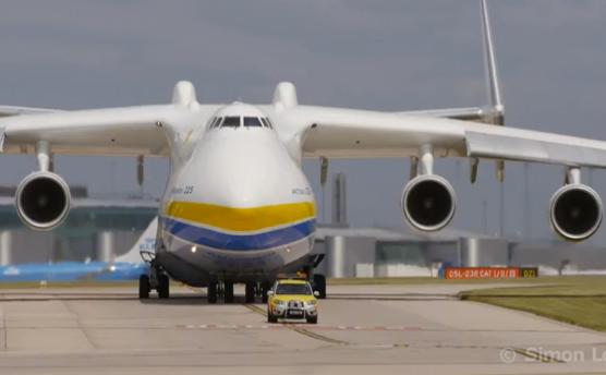 Despegue del Antonov An-225, el avión más grande del mundo