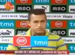 Un jugador recién fichado del Sporting de Lisboa se tira un pedo en medio de su presentación oficial