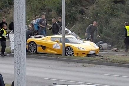 El conductor de un Koenigsegg CCR pierde el control y choca contra los espectadores