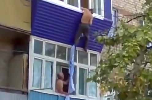 Amante intentando escapar por la ventana...