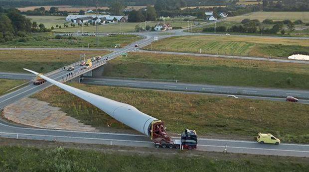 Transportando el aspa del molino eólico más grande del mundo