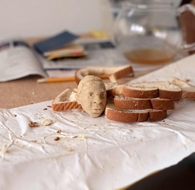 Hace las cabezas de Jay Z o Andy Warhol con bolas de pan de molde