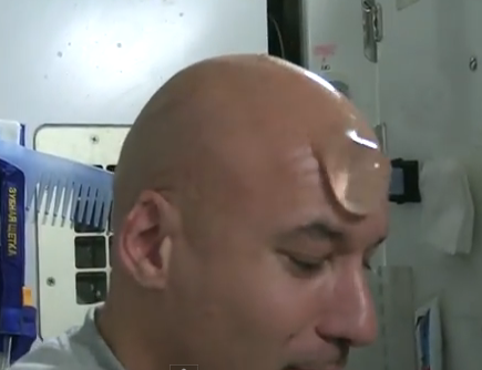 ¿Cómo se lavan la cabeza los calvos en el espacio?