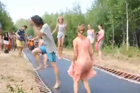 Cama elástica de 50 metros de largo