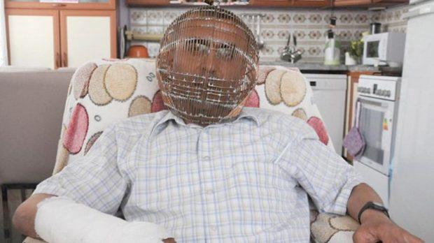 Un turco diseña un casco con forma de jaula para que le sea imposible fumar