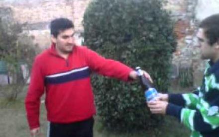 Cómo abrir una cerveza de chilena