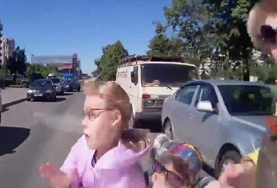Una madre cruza por mitad de la calle y un coche atropella a los dos hijos